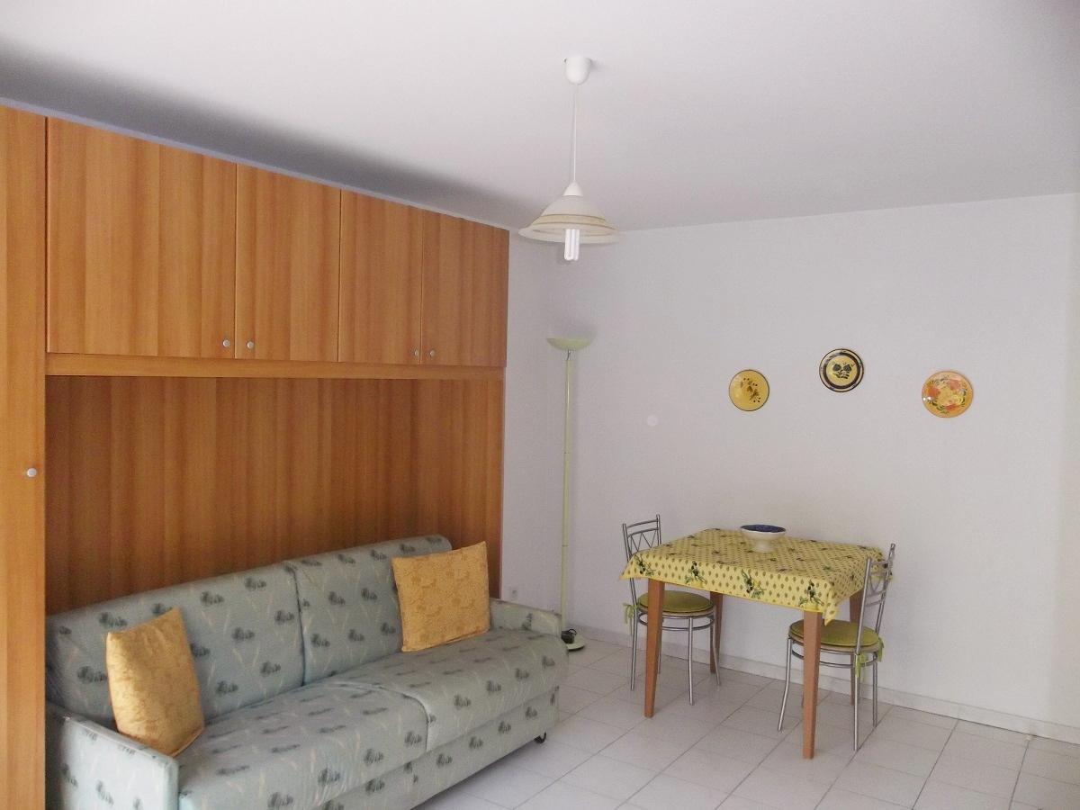 vente menton borrigo grand studio meuble balcon vue jardins. Black Bedroom Furniture Sets. Home Design Ideas
